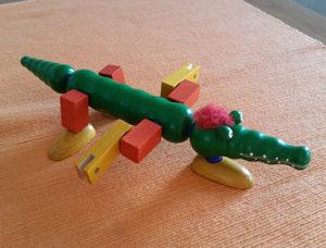 Ergebnis eines Spiel mit den Teilen eines Krokodils, die man unterschiedlich zusammensetzen kann. Dieses Tier hat drei Füße und die Beine sind wie Flügel angeordnet.