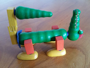 Ergebnis eines Spiel mit den Teilen eines Krokodils, die man unterschiedlich zusammensetzen kann. Hier schaut das Tier nach oben und der Schwanz zeigt zum Kopf.